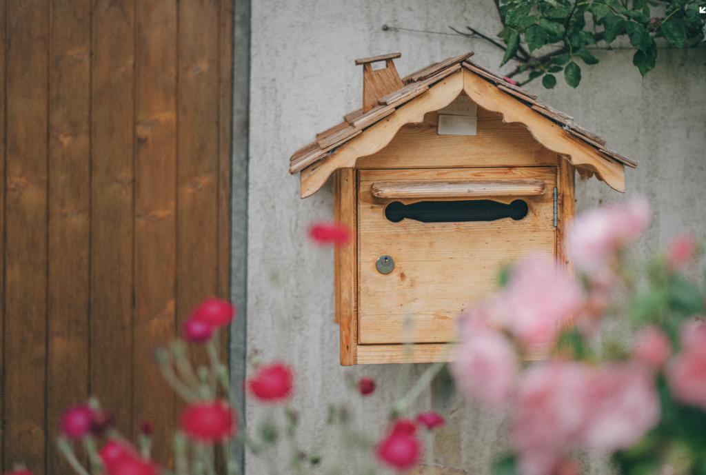 mailbox looks like a birdhouse